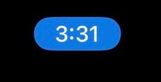 iPhoneユーザーの方に質問です。 iPhoneで時間表示が青くなっている時はどういう時ですか? iPhone本体は最新アップデートされていると思います。