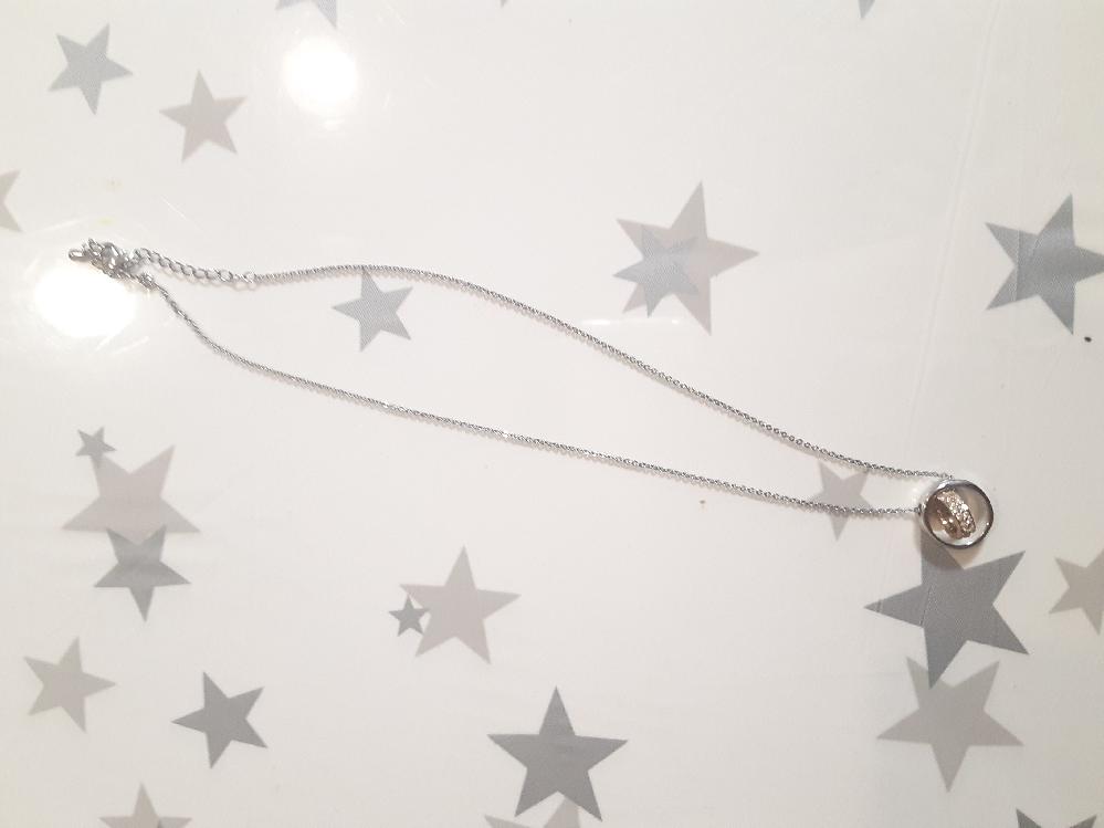 よく雑貨屋さんなどに売っている銀色のネックレスの素材はなんですか? また、そのネックレスはお風呂にはいったり四六時中つけていても大丈夫でしょうか? 回答お願いします