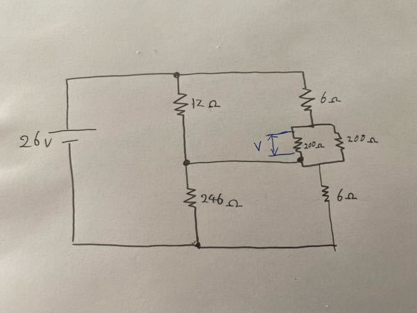至急教えてください! 写真の直流回路で青字の200Ωにかかる電圧の求め方を教えていただきたいです。 仕事でとある回路で配線が接触した関係で写真のような等価回路となりました。 そもそも等価回路が間違っているかもしれませんが、、 初心者的な質問で申し訳ありませんがよろしくお願いします