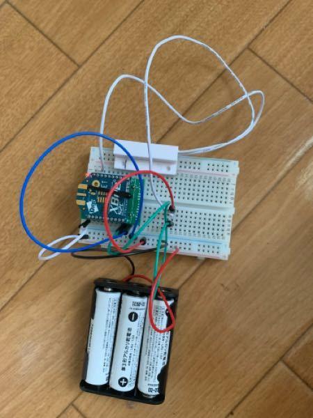 消費電力が知りたいのですが、全くわからない状態です... 乾電池駆動のXbeeにドアセンサーを接続しています。 これらの消費電力を調べたいのですが、いまいち分かってない状態です。また抵抗など一切使っておりません。また、使った方がいい抵抗などパーツなどあれば教えていただきたいです。 有識者様教えていただきたいです。 情報 ①乾電池 4ボルト(直列) ②Xbee s2c 送信時 33mA スリープ時 1μA データを一方的に送ります。ST(データのやり取りの時間)60秒でデータのやり取りを行い、送るデータがなかった場合スリープに入ります。 ③ドアセンサ 定格消費電力 3W 定格電流 100mA 定格電圧 200VDC