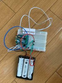 消費電力が知りたいのですが、全くわからない状態です... 乾電池駆動のXbeeにドアセンサーを接続しています。 これらの消費電力を調べたいのですが、いまいち分かってない状態です。また抵抗など一切使っておりません。また、使った方がいい抵抗などパーツなどあれば教えていただきたいです。 有識者様教えていただきたいです。  情報 ①乾電池 4ボルト(直列)  ②Xbee s2c 送信時 33mA ス...