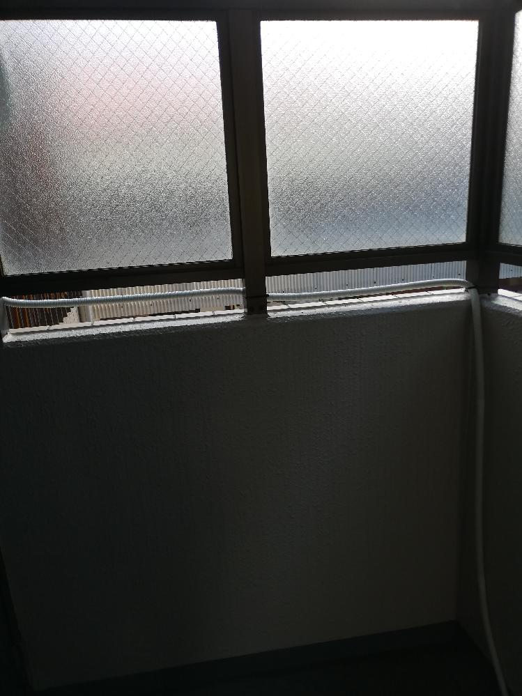 エアコンのドレンホースがほとんど平行で、途中でたるんでおり流れが悪いです。 エアコンから窓パネルで配線を出しており、勾配はあるので水漏れなどは起こっていません。 ただ、いつも水がたまるので定期的に持ち上げて排水を促しています。 先日エアコン設置したばかりなのですが、エアコン業者に頼んだらスムーズに流れるようにしてくれるでしょうか? 業者に頼むまでもなく、素人でなんとかできるならしたいです。