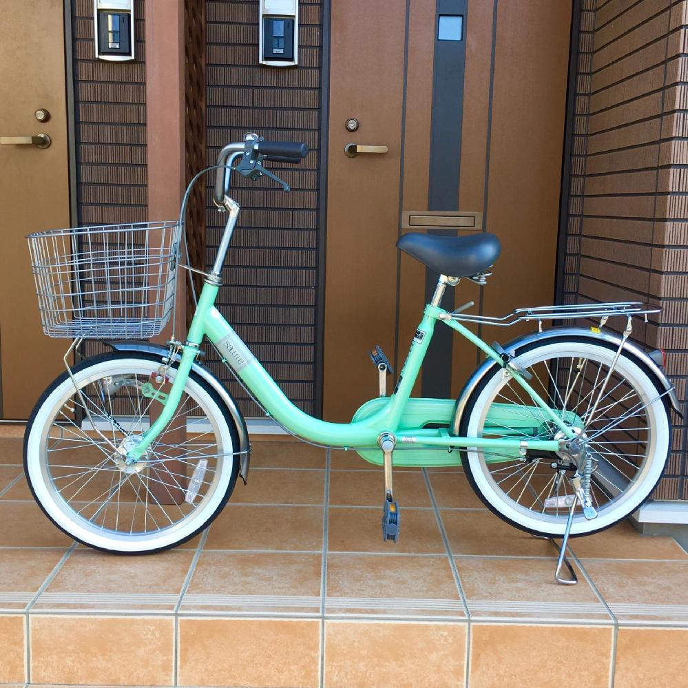 自転車の俗に言うママチャリ小径車(20インチ)をホームセンターで購入しました。 乗るのは152cmの妻で、2万円程度の安価なものです。 サドルをあげ、ハンドルの高さを調整する際に店員さんが、「この手の自転車はハンドルの高さは目一杯上にした方がいい。低いと疲れる。」とおっしゃり、その場で妻が乗ると「サドルに対してハンドルの感じが変な感じで肩や腕が変な感じ。下げたい」と言ったものの、「最初だけだよ。絶対後で上にあげたいってなるよ。」との事。(ハンドル後日再調整は有料だそうです) 私は素人なので「小径車のハンドルは大人が乗るなら目一杯高く。」が一般論なのか伺いたいのと、見た目的に不自然ではないかを伺いたいです。
