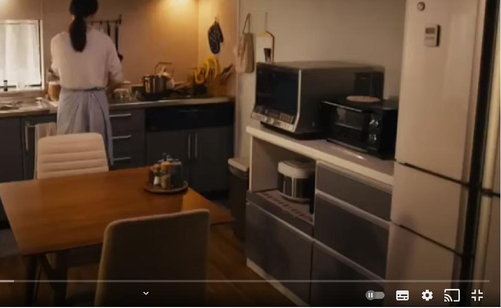 下の画像に映っているオーブンレンジやトースター、炊飯器が置いてあるグレーの引き出しがついている収納の台は、どこのメーカーから出ている何という商品か知りたいです。