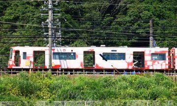 鉄道の車両って点検の時塗装剥がすのはなぜ? どうせまた赤色にするなら剥がさずに、そのまま上から塗れば良くね?