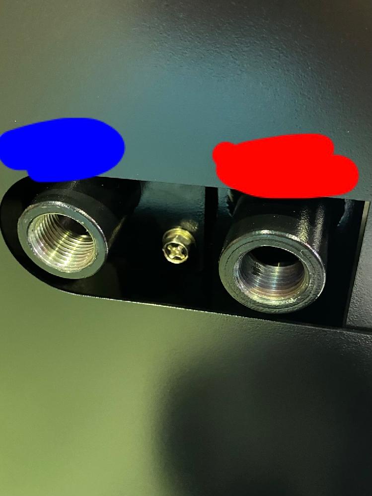 テンパーカラーについてお尋ねしたいことがございます。 テーパーねじのソケット(雌ねじ)に青黒色のテンパーカラーが生じていました。 左側(青色)が通常で、右側(赤色)がテンパーカラー発生品です。 材質は鉄で使用液体はオイルですので、通常では錆びることはありません。 ネットでは耐食性が落ちると書かれていましたが上記の使用方法でも悪影響は出ますでしょうか? また、テンパーカラーは強度劣化等の影響は出ますでしょうか? 素人質問で申し訳ございません。 ご回答よろしくお願いします。