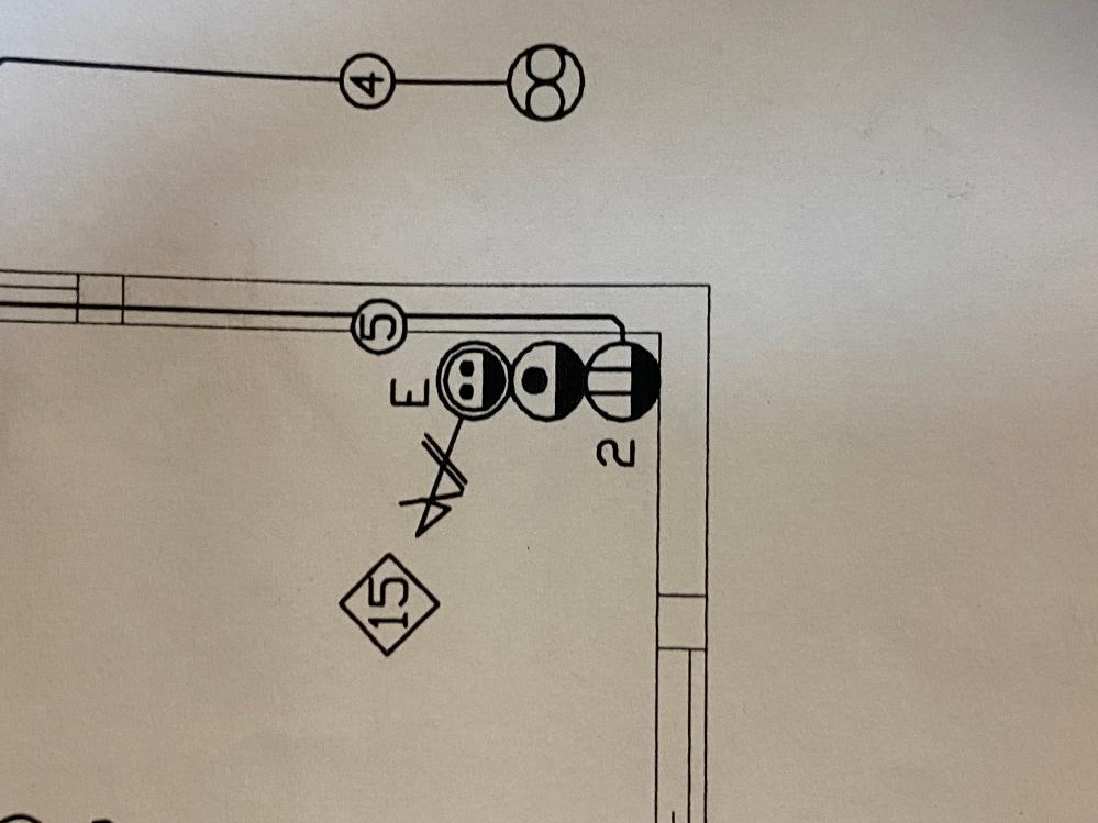 家の図面を見ていたのですが黒丸2つにアンテナのようなものがついている記号が分かりません… 知っている方願いしますm(_ _)m