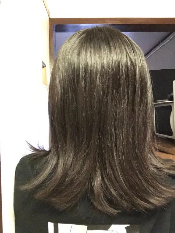 中 2女子です。自分が重いくせ毛なのか軽いくせ毛なのか悩んでいます。 下の画像は朝ヘアアイロンでできるだけまっすぐにしたもので、自分の後ろ姿を撮ると広がってるんです。 これは重いと言えるのでしょうか… 又、鏡の前に立って顔周りと同量に後ろにある髪も軽く内巻きにして見たんですが後ろに戻すと下の画像のように何故か広がっています。どうすればいいんでしょうか… お風呂後は少しだらだらしてからヘアオイルをつけてからドライヤーをしています。このだらだらがいけないのでしょうか、、、 詳しく知っている方がいたら教えて下さると嬉しいです。