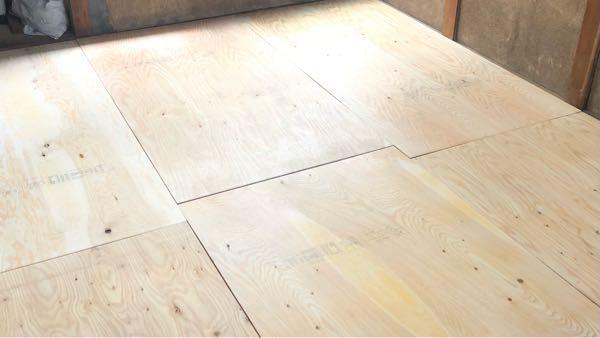 床の下地について、合板同士の隙間は角を取ってパテ埋めをするものなのでしょうか。 写真のように根太の上に針葉樹合板を敷いたのですが、床鳴りの原因になると聞いたので合板の間に2〜5mmほどの隙間を作りました。 この上にクッションフロアを敷く予定です。 隙間が大きすぎた箇所もあり、パテ埋めをして誤魔化せるならしたいと思うのですが、逆に床鳴りの原因とかにならないのか心配なので質問させていただきました。 宜しくお願いします。