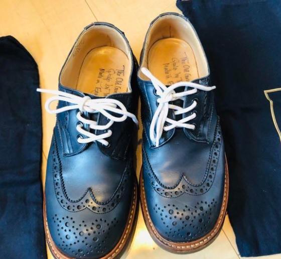個人売買サイトで見つけた革靴です 出品者はトリッカーズバートンとして出品していますがトゥが丸いし インソールに書いてある社名が無くなにやら手書き文字が書いてあります でもそれ以外は完全にバートンっぽいです これはなんという靴なんでしょうか?