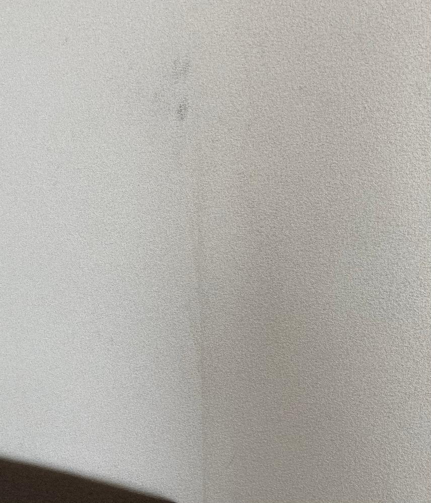 賃貸アパートに住んでいます。 築25年ほどで、中のリフォームもされている箇所もあります。 住み初めて2年ほどです。 リビングの壁ですが、住み始めた時にはなかった、線状の汚れがいくつか目立ち始めました。 そこには誰も触れたりしておらず、自然と目立ってきました。 中から滲み出たりするものでしょうか? よく見ると、その部分がクロスとクロスの境目のようにも見えます。