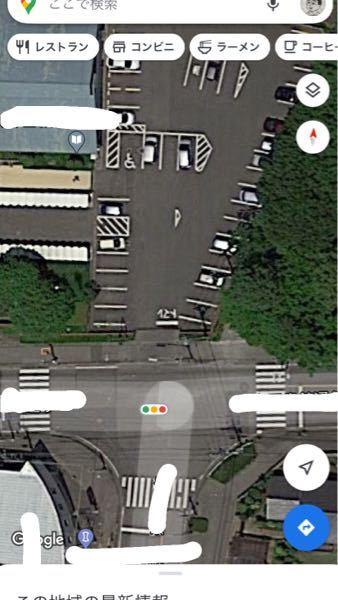 教習中、この画像の方向で直進し信号を右折したのですが、前の駐車場から出ようとする車がいました。信号が青の場合は譲る必要はなかったですか?それとも右折時の対向車の左折と直進・歩行者を優先させるルールに従 うところでしょうか?