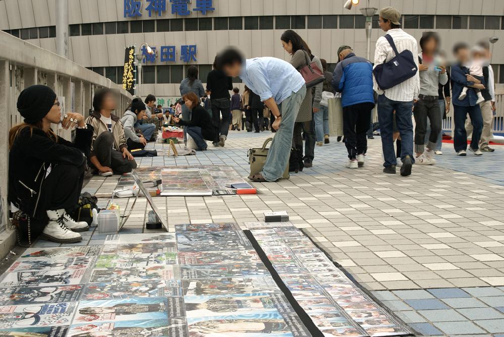 10数年ぶりでしょうか、大阪へ行ってきました。 梅田歩道橋でしたっけ、その10数年前はこの歩道橋上で露天商?みたいなので溢れていました。 いつ頃から姿を消したのですか? 画像は2006年に撮影で、阪神百貨店は今は建て替えられています。 珍しかったのせ写真に収めてました。