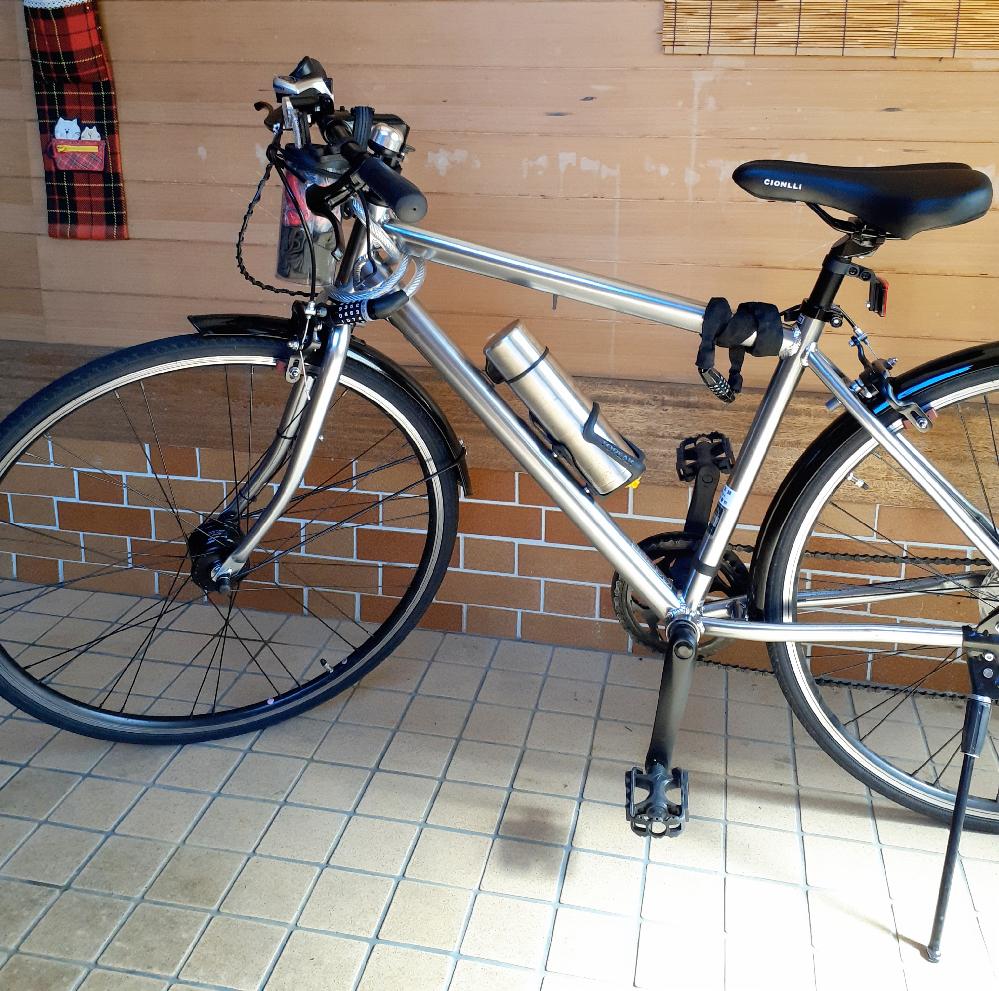 初心者です。自転車について教えて下さい。 うちの中学生の子供は自転車で出掛けるのが好きで、通学用のシティサイクルで50kmとか60kmは頻繁に、100km越えなんていうサイクリングも普通にしていたようです。 ですが自転車が調子悪くなり、もう少し走れるようなものが欲しいと言われたので、画像のようなクロスバイク風のシティサイクルを新しく買いました。 この自転車なら通学用のものより快適だろうなと思っていたら、子供曰く、40km~50km位で首が痛くなりそれ以上走るのが困難、ペダルも前より重い感じで疲れるので乗る気が起きない。との話でした。 色々調整し数週間乗らせてみましたが、やはり距離が走れなく疲れるようで、気にいらずもう殆ど乗っていません。 隣人から貰った20インチの変速付きミニベロに現在乗せています。 良かれと思って買った自転車だったのですが、画像のような自転車のメリットというのは何なのでしょうか? 長く乗っていれば乗れるようになるのでしょうか? ちなみにシティサイクルは35000円位、こちらの自転車は30000円位のものです。
