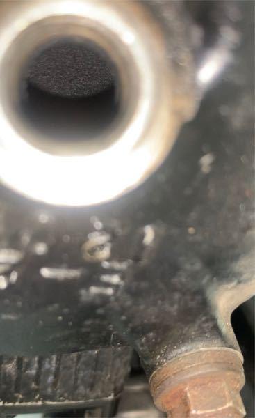 ツーストのエンジンについてです エンジンの内部を覗いたら写真のようになっていました このピストンの状態は正常なのでしょうか? それとも水などが侵入してこの状態になっているのでしょうか?詳しい方教えて欲しいです 車種はウルフ250です