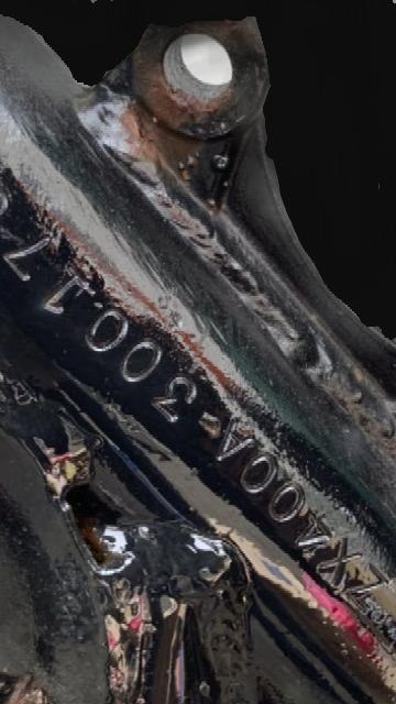 部品取り書類ナシのカワサキGPz400F2をレストアすべく、中古フレーム購入を検討しています。フレーム番号は正規打刻との事ですが、ネック部分だけ再塗装され、番号の横にはグライダーの切削痕も見受けられます。とに かく、自体のバラつきやハイフンは斜め等正直不正打刻ではないか?と思います。見識者の方よろしくお願い致します。