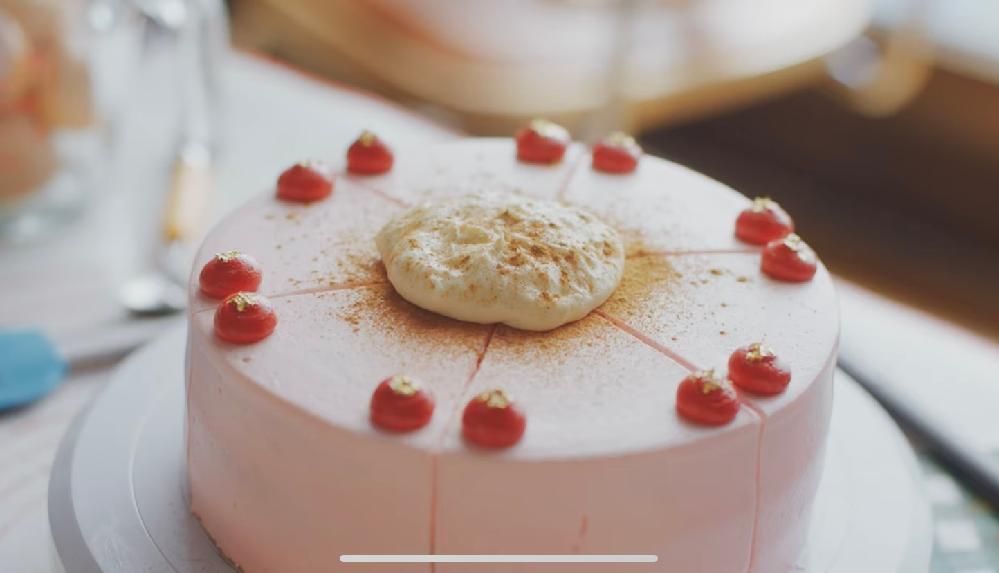 このケーキを作りたいのですがクリームをどうしたらいいか分かりません、教えてください 赤いのがクリームだと思ったのですが食紅でここまで色をだせるのでしょうか? 全体的に生クリームかバタークリームかで迷っているのですがどちらの方がいいでしょうか?