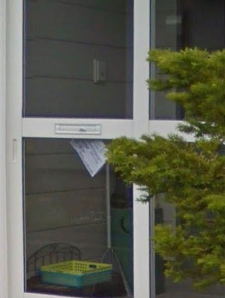 玄関フードに付いてる郵便受け。 我が家なんですが、玄関フードに直接郵便受けが付いてて、受け皿みたいのはついていません。 画像のような感じです。 ちなみに画像は自宅なんですが、現在はフードの中にポストを置いているので、画像の場所で郵便物を受け取ることはないです。テープで封鎖して使えないようにしています。 こういう風な玄関フードをお使いのお宅ありますか? 郵便受けとして使ってますか?