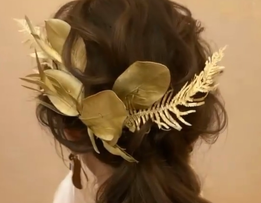金色の葉っぱのヘアアクセサリーを作りたいのですが(写真参考)、こちらドライフラワーにして金色のスプレー(オアシスカラースプレー、ピュアゴールド使用予定です)を塗布するという作り方でできますでしょうか? もしくはドライフラワーでなくても良いのでしょうか?使用用途は結婚式で、小物合わせのある8月中旬頃に作成して、11月下旬の式に使用したいのである程度強度は欲しいです。お花屋さんやハンドメイドが得意な方居られましたらご教授いただければ幸いです。色々検索してみたのですが、完全に一致しているものがなく不安です、、、。またこの写真の葉っぱの種類はお花屋さんに相談しようと思うのですがなんという名前かもし分かる方がいればお助けいただければ非常に幸いです。