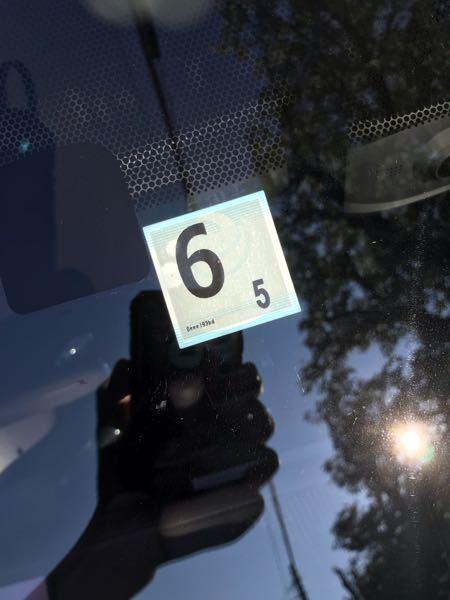 車のフロントガラスに貼られているこのシール。何の意味があるのでしょうか?車検?