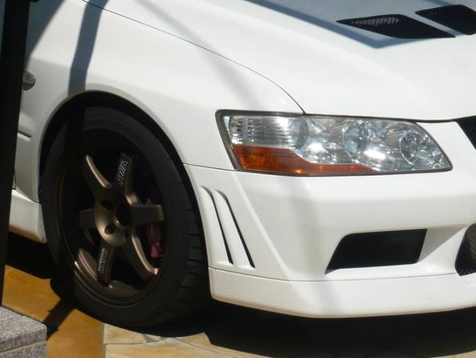 親父が乗ってたランエボなんですが、 何もいじってないノーマルのランエボの車高と比べたら低く見えます、サスペンションとかが変わってるのでしょうか?