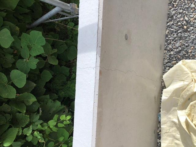 擁壁を兼ねたコンクリート塀のひび割れについて。 現在新築中で、斜面の土留めの擁壁を兼ねて全長17m×高さ1m程のコンクリート打ちっ放しの塀を併設してもらったのですが、早くも一箇所縦に亀裂が入っているのを確認しました。 裏表とも上から下まで分断されるようにひび割れしています。 素人のためこの程度のひび割れは放置しても問題ないものか補修した方が良いのか分からないのですが、一応建築会社にも伝えるべきでしょうか? 新設してすぐのため言えば直してもらえますか?ご回答よろしくお願いします。