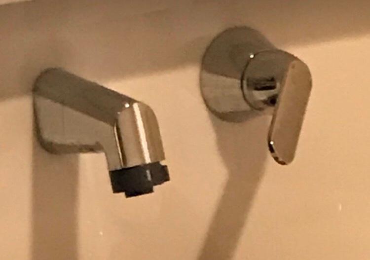 写真のタイプの蛇口を洗面所に設置していますが、ペットのネコが、勝手に押して水を出して困っています。 現在は外出時などは元栓を閉じて対策しているのですが、非常に使い勝手が悪いです。。。 違うタイプの蛇口なら固定するストッパー(?)的な物もホームセンター等にありましが、このタイプ(ワンホールタイプというようです)のものは、それらしき物が無く。。。 何かいい対策があれば教えていただければと思います。