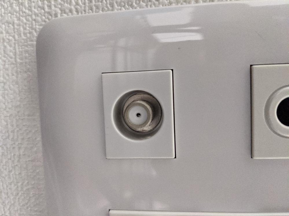 現在、インターネット無料のマンションに住んでいます。部屋にはモデムやlanポートなどが無く、あるのはTV線? (丸く中に銀色の円柱があるやつ)のみです。一応Wi-Fiは使えるのですが、ルーターを繋げ有線でゲームをしたいです。このTV線?をLANポートに変換することは可能でしょうか?また、その方法もしくは別の方法を教えて頂きたいです。よろしくおねがいします!