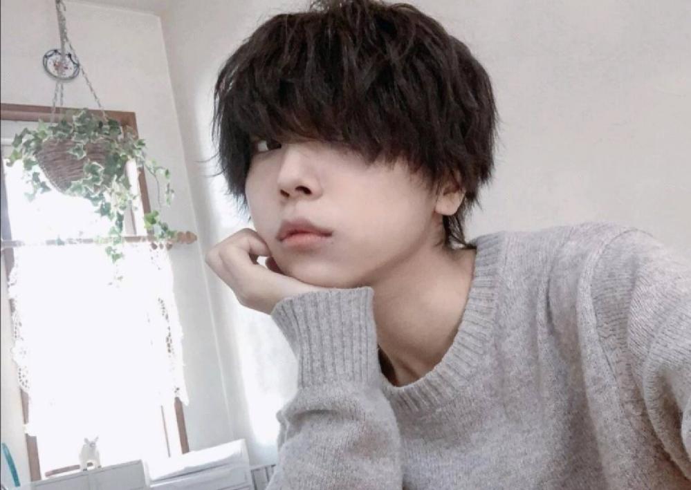 写真の音羽さんのような前髪が少し長めのウィッグを探しています。どこで探せばありますか?