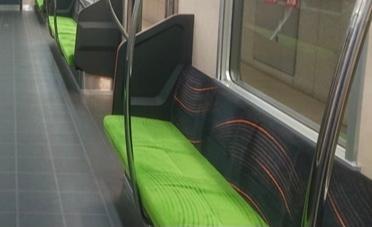 画像はどこの電車(何線)の座席でしょうか? 鉄道に詳しい方教えて頂けましたら幸いです。