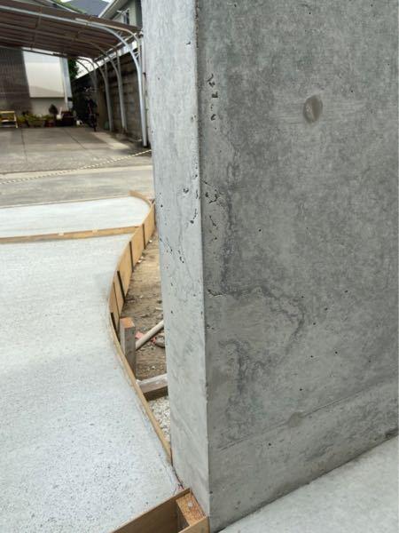 新築一戸建てを建築中の物です。 外構工事で玄関前にコンクリートの門壁を作ったのですが、色むらがありイメージと違います。 角もかけていたりしているためクレームを出そうか迷っているのですが、コンクリートの門碧ではよくあることなのでしょうか。 教えてください。