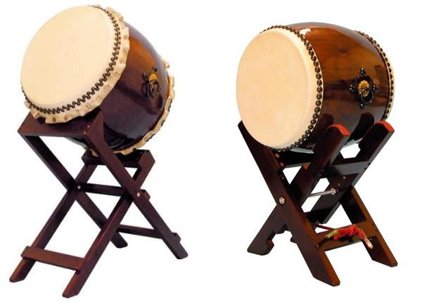 和太鼓について 最近は左のように革の端がくるっと巻いています。でも昔は右のように綺麗に処理されていました。 これは単に流行ですか?