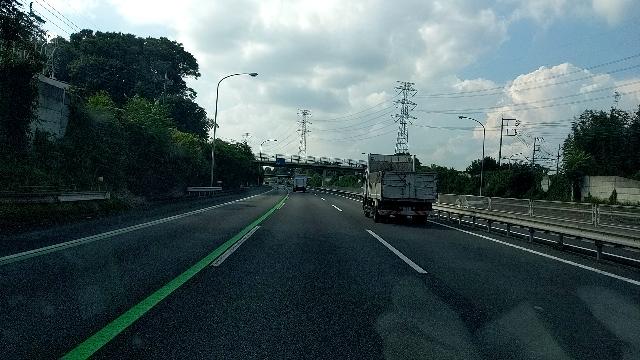 関越道(E17)下りの東松山インターの辺(40キロポスト付近から新潟方面)に暫くの間、第一走行車線に写真のような感じで緑色の線が引かれていますが、どんな目的で引いているのでしょうか?ご存知の方教...