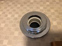 洗濯機の排水ホースがすぐに外れて水浸しになって困っています。排水口はこうなっています。洗濯機の排水ホースをそのまま差し込んでいます。どうしたらいいのかご存知の方教えていただきたいです。