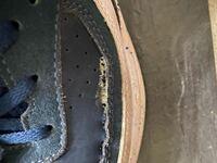 スニーカーの補修について スニーカーの横が避けてしまった為補修剤を用いて直そうとしたのですが補修剤がはみ出てしまい写真のようになってしまいました。  どうすることも出来ないですか?  補修剤はコロンブスボンドです