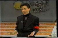 オリンピック開会式の演出を担当していた小林賢太郎さんが、20年前にユダヤ人のホロコースト虐殺をネタにした、と解任された問題がありましたが、昔テレビの「超魔術ブーム」の時にテレビに出ていたヒロサカイ(現ド クターレオン)はナチスドイツの軍人やヒトラー崇拝をイメージさせる赤い布を腕に巻き、卍のペンダントをした衣装で出演していましたが、あれも大問題ですよね?   知ってる、記憶にある方いますか?