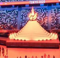 東京オリンピックの聖火台、富士山と太陽がモチーフだそうですが、わたしは富士山の噴火をモチーフにしたのかと勘違いしました。 空から隕石が衝突して炸裂し、その衝撃で富士山の噴火が起こったとマジで思ってました。オリンピックは災害からの復興がテーマなのに、そぐわないデザインのように思えてならないです。どうして聖火台に点灯させるのにもっと良いデザインはできなかったのでしょうか?  富士山と太陽をモチー...