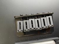 エレキギターの弦を外したら1弦のブリッジサドルが動くのですが、問題ありますか?