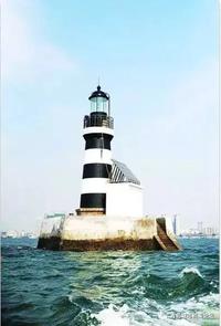 """一百多年来,这座位于胶州湾内,保存至今的德建无人值守灯塔一直发挥着重要的作用。由于长期受海水侵蚀,灯塔""""遍体鳞伤"""",2011年,本着""""修旧如旧""""的原则着手维修,历时4个月,终告成功。 この文章を日本語で翻訳して欲しいです、宜しくお願いします。"""