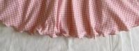 ミシン初心者なのですが、画像のような裾を作ってみたいと思っています。 ですが、どう検索してもこの裾の作り方がヒットしなくて困っています。 初心者だし家庭用ミシンで、子供達のお洋服を作っているのでもしかしたら業務用のミシンでないと作れないのかな?と思って諦めていましたが、もし家庭用ミシンでも作れるよ!と知っている方がいらっしゃったらぜひ教えていただけたらとても嬉しいです!! よろしくお願い...