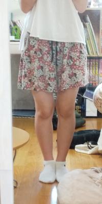 身長157cm、体重50kg 157cmの標準体重が54kgなので、まだ大丈夫かな?と思っているのですが、短いスカートや短パンなどを履いていいのかと不安があります。 この足で街中でミニスカや短パンを履いても大丈夫でしょうか? 厳しいご意見でもいいので教えて欲しいです。 また、足を細くするストレッチがあれば教えて欲しいです。 よろしくお願いします。