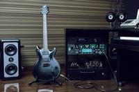 このギターはミュージシャンのトムハックさんのギターなのですが、誰かメーカーを分かる人はいますか