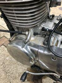 SR400(1JR)について 先日、個人間でSR400(1JR)を購入しました。 しかし、購入後に何度エンジンをかけようとキックしてもうんともすんとも言いません。 当初は自分がキックに不慣れで上手く出来てないだけだと思ってましたが、流石に何度もやって多少は感覚を覚えたのですが、それでもエンジンがかかりません。 ・ガス欠・キルスイッチ・コックなど想定されるところは全てチェックしてます。 またキ...