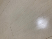 床を掃除しているといつの間にかところどころ質が変わっていました。これは床のコーティングが取れている状態でしょうか? 周りをマイクロファイバーの雑巾でこすればポロポロとなにか剥がれてきます。どうすれば元に戻りますか?