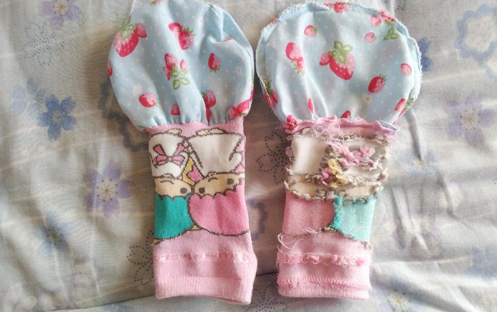 画像はキキララの市販されている靴下のリメイクの試作品としては簡易的に仕立てた物ですが、もっとこのように縫えば、縫いやすく綺麗に縫える方法があれば教示願います。 ブロード生地と靴下の部分の縫い合わ...