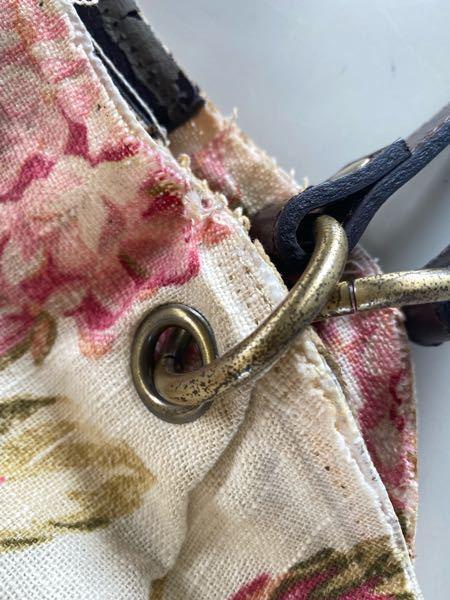 母のバッグの修理をしています。画像のリング状の金具がまだらに変色してしまっているのですが、これは紙やすりで綺麗になるものですか?(金がはがれているように見えるので、いっそ綺麗にはがしたい)
