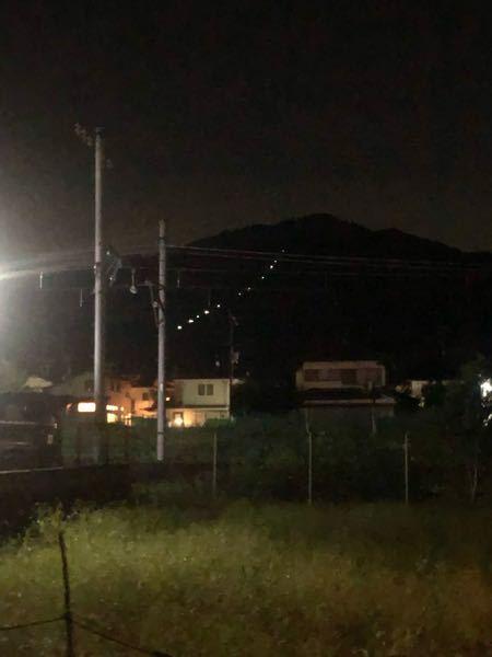 【写真あり】山中に深夜1列に並ぶライトが見えますが、これは何の光でしょうか。参拝客や人が夜通るためでしょうか? 画像は京都の比叡山付近の山ですが、ふと気になったので質問しました。お願いします。