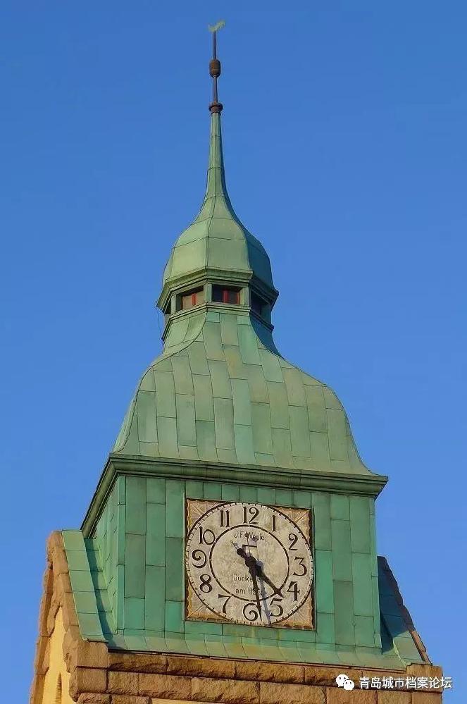 教堂西侧为36米高的钟楼,在教堂建成之初塔楼顶有个公鸡造型风向标,原公鸡形状风向标于1942年一场台风给吹毁,直到2009年年底此塔顶维修, 使用了中国德意志文化遗产基金会捐赠的当年建造教堂原厂...