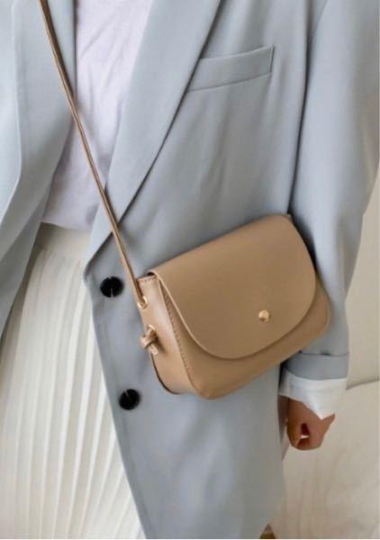 このバッグ気になってるのですが、他の方から見て可愛いと思いますか?? あとブラウンやベージュっぽい服の時は、こういった色の方がいいですか??
