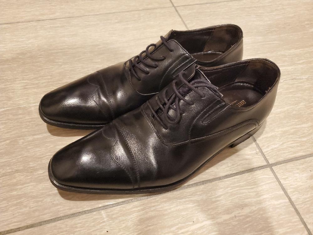 以前購入したブルーノマリの内羽根式の革靴なのですが、これがストレートチップなのかウイングチップなのか判断がつきません。どなたか詳しい方教えてくださいませんでしょうか。どうぞよろしくお願いいたします。